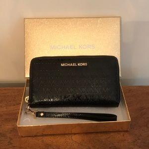 NEW MICHAEL KORS Giftables Phone Case Wristlet